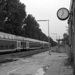 Dörfliche Bahnstation schwarz/weiß