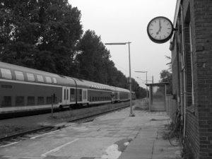 Platzkarte, Dörfliche Bahnstation schwarz/weiß