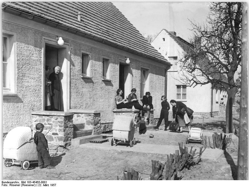 Siedlungshaus mit Müttern und Kindern