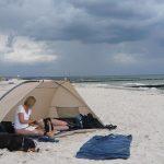 Zwei Personen in einer Strandmuschel