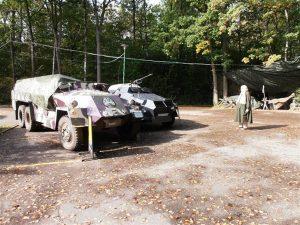 Verbot von Investitionen in Waffen, Alte Dame vor zwei Panzerwagen