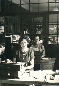 Zwei Frauen im Büro der 60er Jahre an Schreibmaschinen