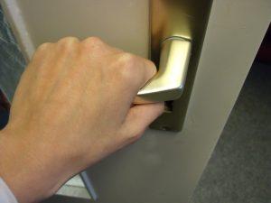 Hand öffnet Tür