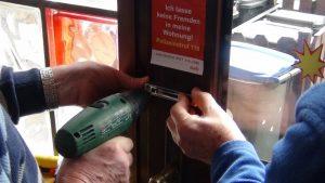 Lampendreher, Hände beim Anbringen einer Türkette