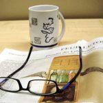 Zeitung mit Brille und Kaffeetasse
