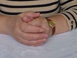 Parkinson, Verschränkte Hände einer Frau