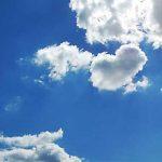 Kleine Wolken vor blauem Himmel