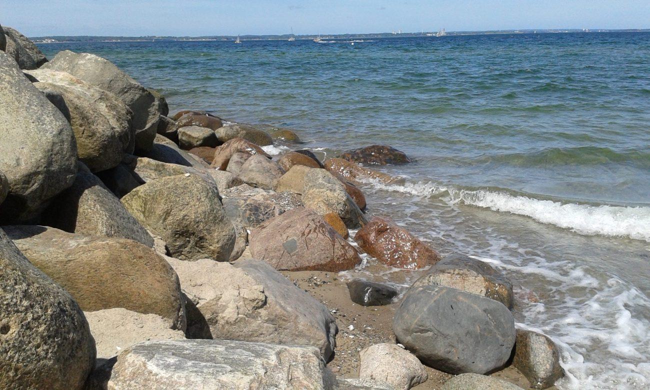 Meeresufer mit großen Feldsteinen
