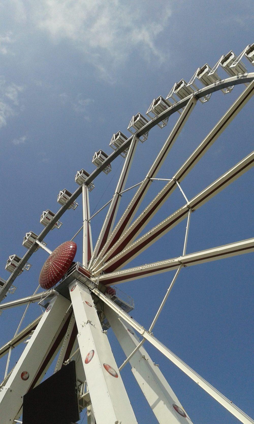 Sommer an der Ostsee, Riesenrad vor blauem Himmel