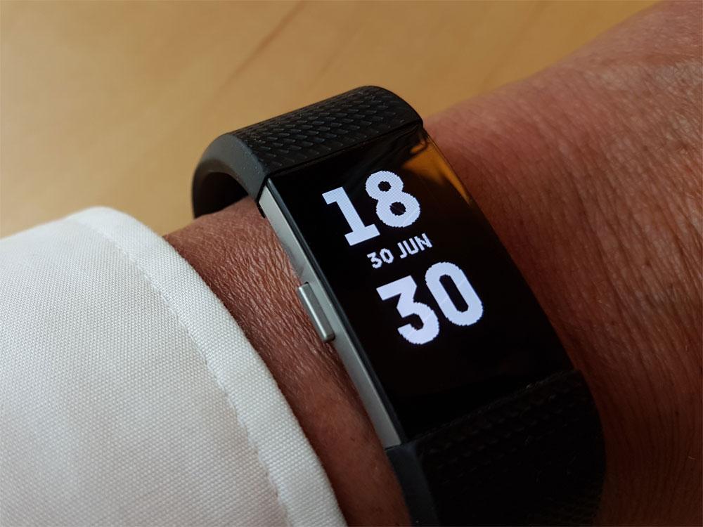 Gesundheit per App, moderne Elektronik, Chronometer-Armband an einer Hand