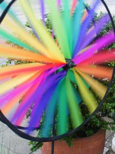 Ehe für alle, Buntes Windrad vor einem Blumentopf