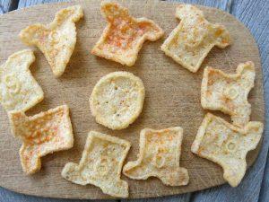 Portionsgrößen, Chips in Form von Fußballerhemden auf einem Brettchen arrangiert