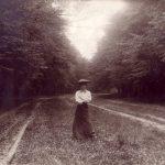 Frau mit Hut im Park, schw/weiß Anfang 19. Jahrhundert