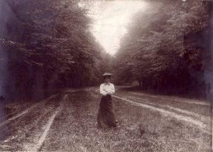 Alte Fotos, Frau mit Hut im Park, schw/weiß Anfang 19. Jahrhundert