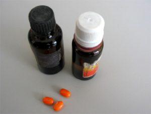 Nahrungsergänzungsmittel sind keine Arzneimittel, medikamentenfläschchen und kleine bunte Pillen