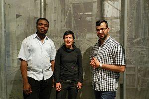 Multi-peRSPEKTif, Zwei Männer und eine Frau vor einer grauen Wand