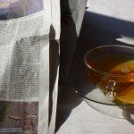 Tasse mit Tee und Zeitung