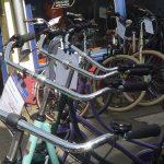 Eine Reihe Fahrräder vor einem Schaufenster