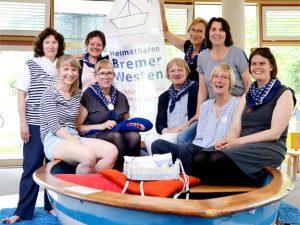 Gesundheitstreffpunkt West, 9 Frauen in kleinen einem Boot