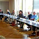 Langer Tisch mit Delegierten