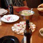 Höflichkeit, Tisch mit Bayerischer Brotzeit