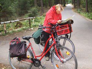 E-Bikes, zwei Räder, Frau liest Fahrradkarte
