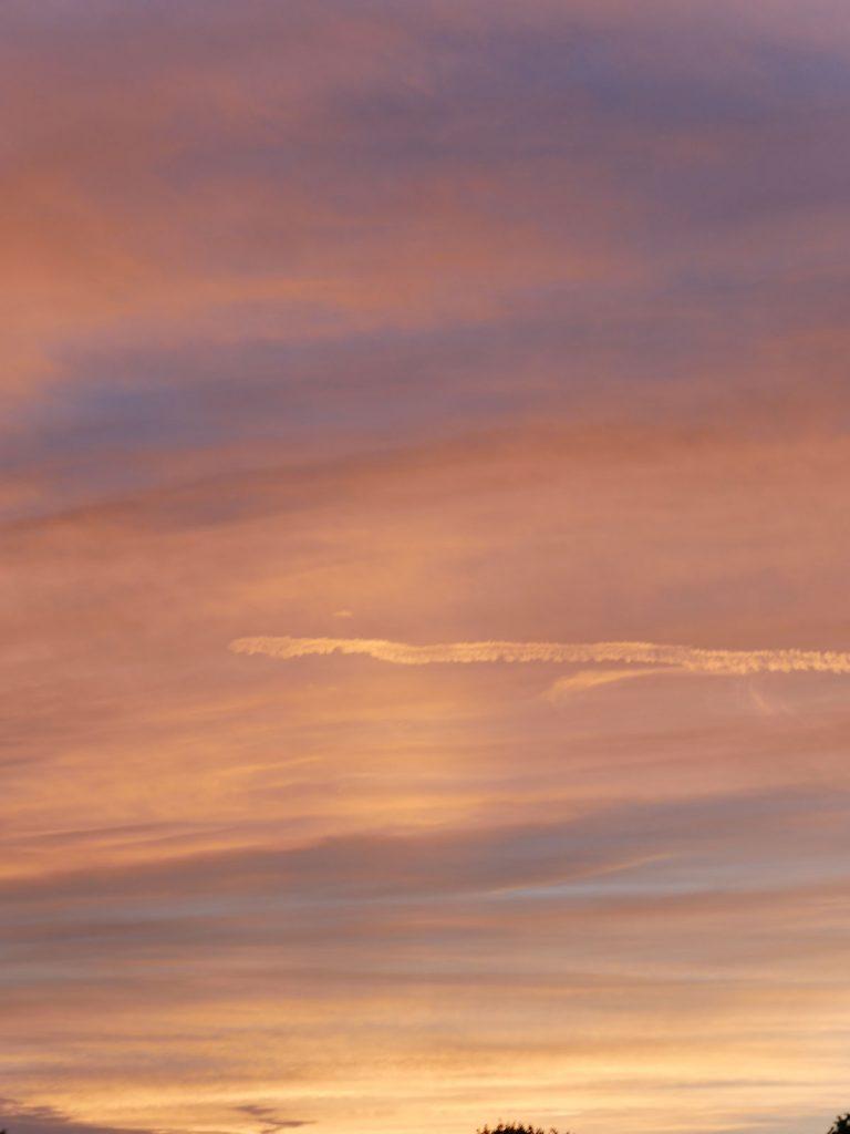 Roter Abendhimmel mit Wolkenformation