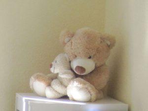 Ein Teddy mit einem kleineren Teddy im Arm