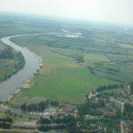 Luftaufnahme der Weser mit Feldern und Bootshäfen