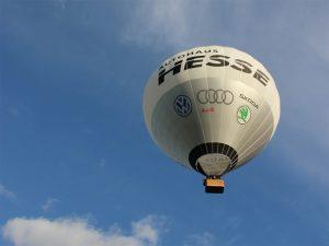 in die Ferne, Heißluftballon vor blauem Himmel
