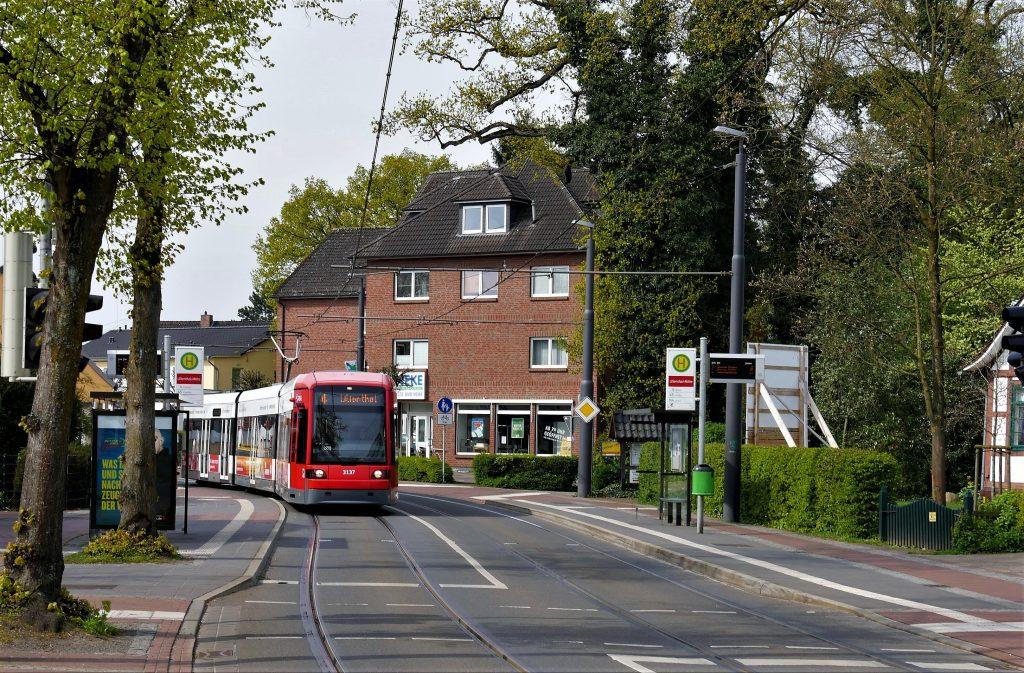 Straßenbahn mit rotem Triebwagen
