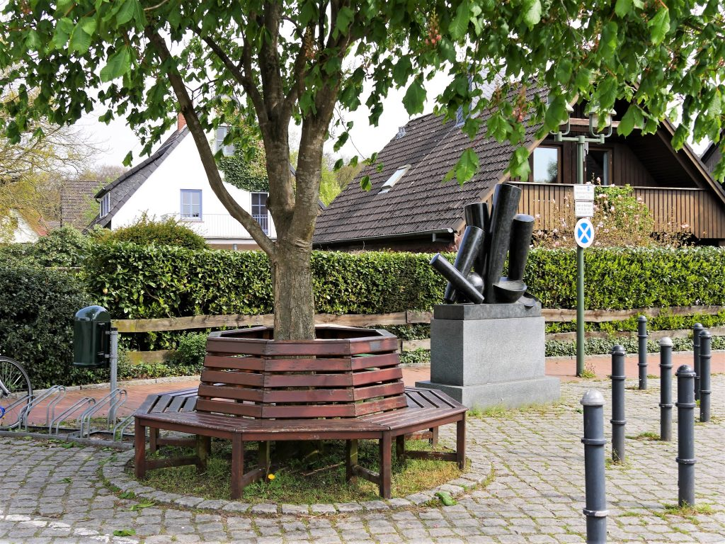 Sitzbank um einen Baum