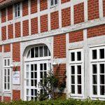 Fachwerkhaus mit rotem Backstein und weißen Fenstern