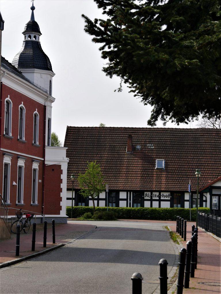 Ortsbild mit Straße und Fachwerkhaus