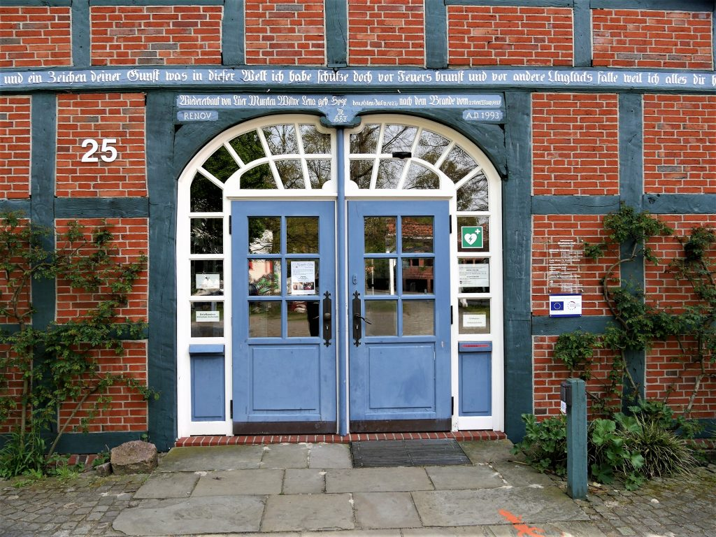 Hellblaue Eingangstür einen Fachwerkhauses