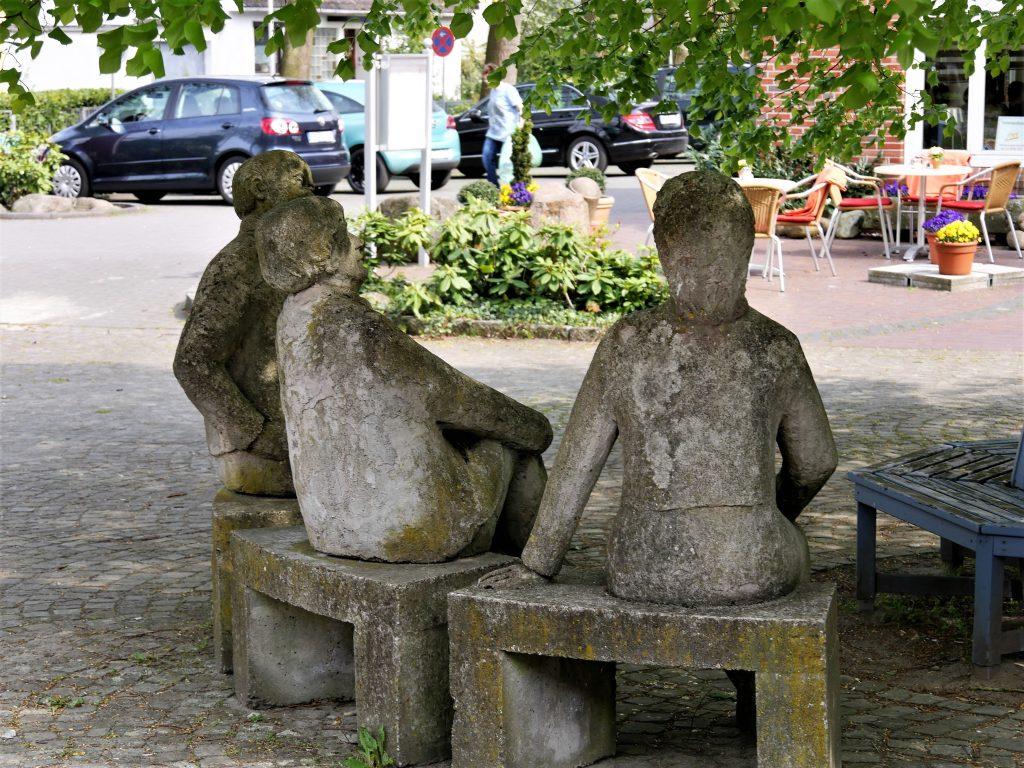 Skulptur dreier sitzender Personen