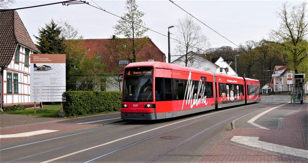 Linie 4 mit rotem Triebwagen
