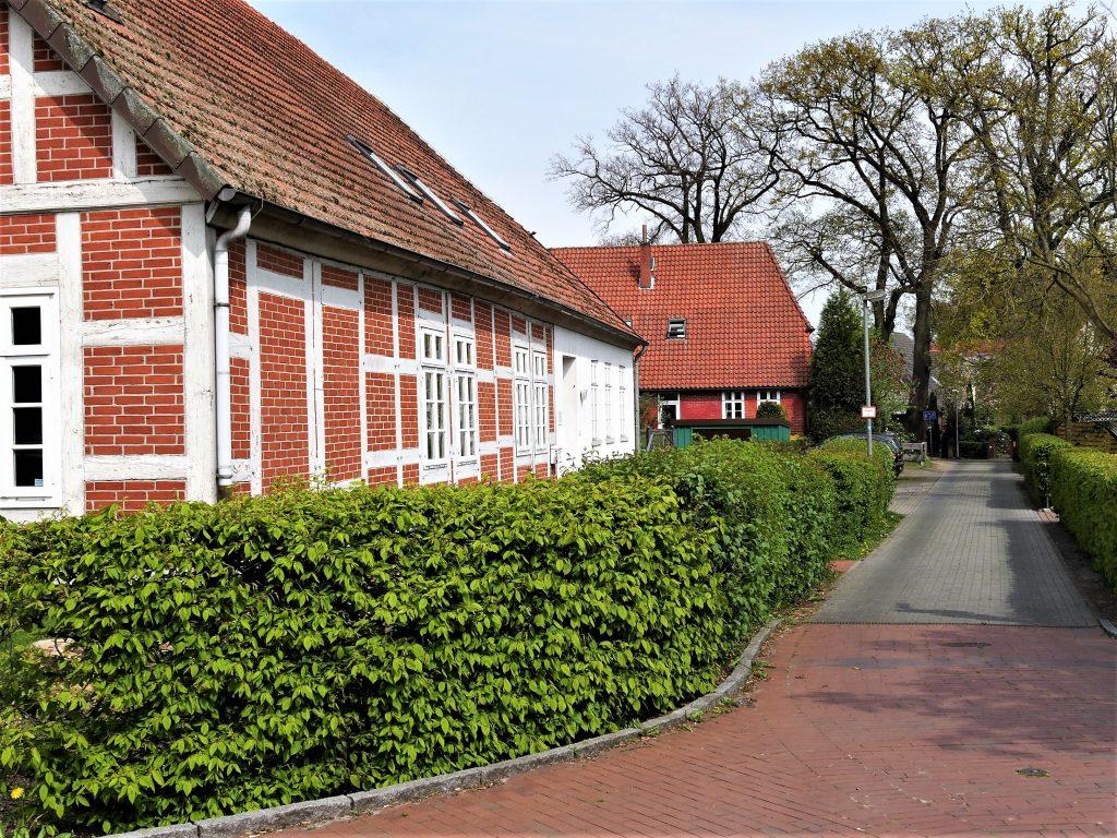 Weg mit rotem Fachwerkhaus