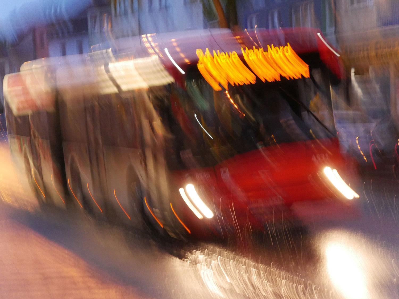 verwackelte Lichter eines Busses am Abend