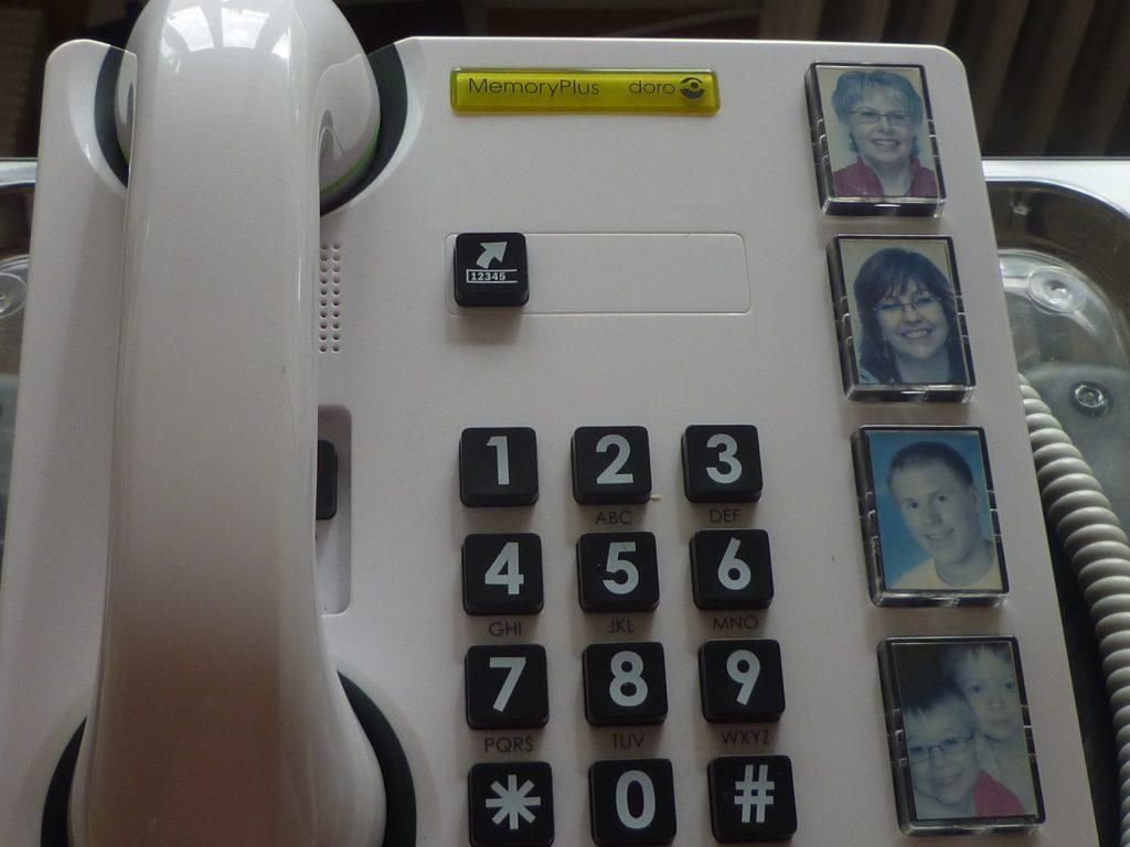 Hilfsmittel im Alter, Telefon mit großen Tasten und Fotos