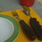 Hilfsmittel, Teller und Essbesteck