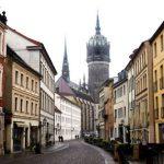 Straßenflucht mit Kirchturm