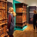 Reformation, Junge Frauen vor kunstvoll geschnitzten Truhen