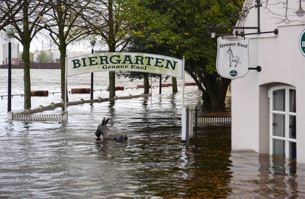 Weser, Skulptur eines Esels, der gerade noch aus dem Wasser guckt. Darüber ein Schild: Biergarten
