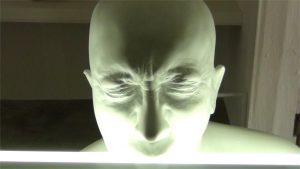 Männerkopf der von unten sehr hell beleuchtet wird