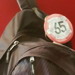 """Teil eines Rucksacks mit einem Sticker """"65"""""""