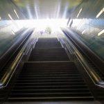 Blick über eine Rolltreppe hinauf zum Tageslicht
