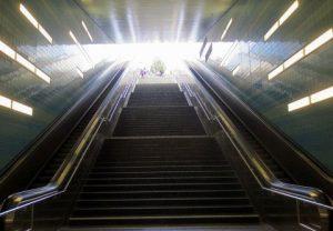 Lebensmut, Blick über eine Rolltreppe hinauf zum Tageslicht
