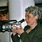 Ältere Frau mit Filmkamera