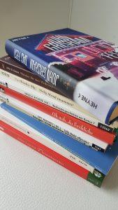 Rituale, ein Stapel Bücher zum Weihnachtsfest